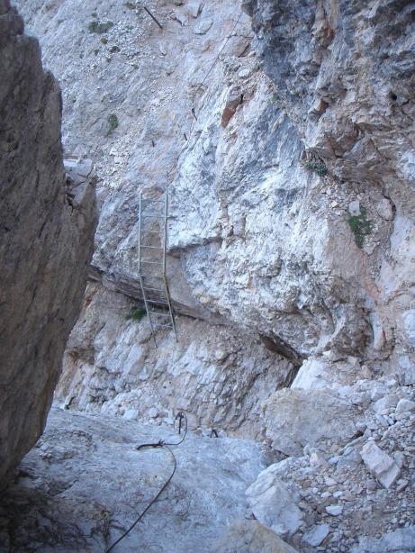 Foto: Manfred Karl / Klettersteig Tour / Via ferrata Ivano Dibona / Leiter in der Querung zwischen Zurlon und Forcella Bassa / 04.10.2008 16:37:09