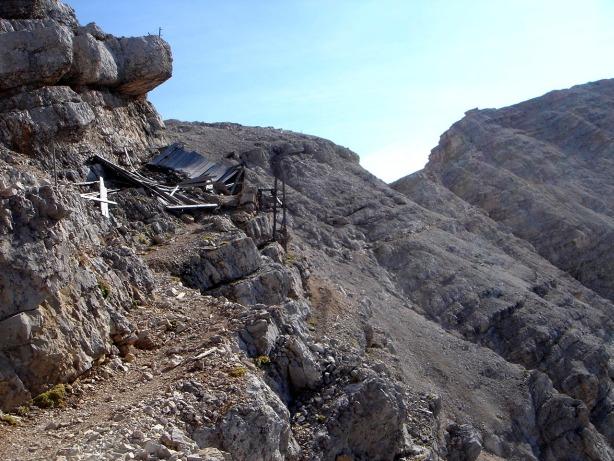 Foto: Manfred Karl / Klettersteig Tour / Via ferrata Ivano Dibona / Verfallene Bergstation der ehemaligen Seilbahn, über die von der Alpe Padeòn aus die Frontlinie versorgt wurde / 04.10.2008 16:30:11
