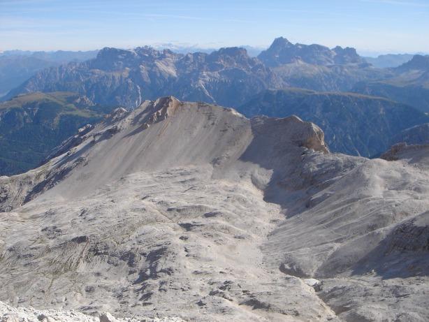 Foto: Manfred Karl / Klettersteig Tour / Via ferrata Ivano Dibona / Das Schuttkar Gravon di Forame mit der Cresta di Costabella vom Col Pistone aus gesehen / 04.10.2008 16:26:10