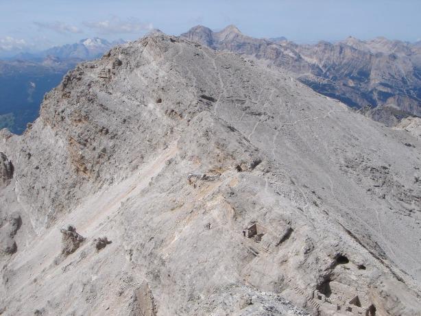 Foto: Manfred Karl / Klettersteig Tour / Via ferrata Ivano Dibona / Cresta Bianca, in deren linker Flanke verläuft der Dibonasteig (diesen Teil kann man über einen der sichtbaren Schuttwege umgehen) / 04.10.2008 16:16:55