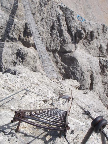 Foto: Manfred Karl / Klettersteig Tour / Via ferrata Ivano Dibona / Über zwei Leitern gehts hinunter zur 27 m langen Hängebrücke / 04.10.2008 16:09:58