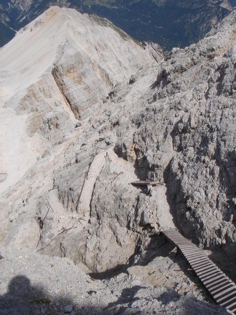 Foto: Manfred Karl / Klettersteig Tour / Via ferrata Ivano Dibona / Tiefblick auf verfallene Steiganlagen und die Cresta di Costabella / 04.10.2008 16:07:58