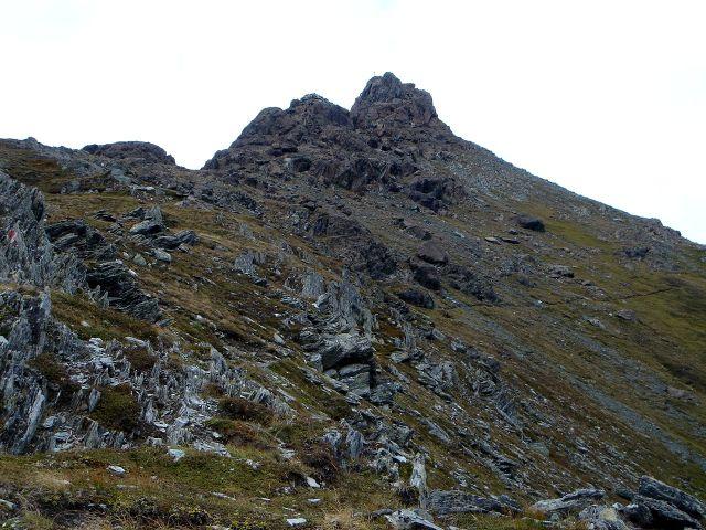 Foto: Manfred Karl / Kletter Tour / Über den Direkten Ostgrat auf die Blauspitze IV / Auf dem vorerst noch markierten Steig geht es bis zur Abzweigung des Zustieges zum Ostgrat (Hinweistafel) / 04.10.2008 12:46:24