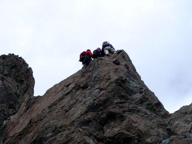 Foto: Manfred Karl / Kletter Tour / Über den Direkten Ostgrat auf die Blauspitze IV / Die erste steile Stufe am Grat, links hinten die Schlüsselseillänge / 04.10.2008 12:42:50