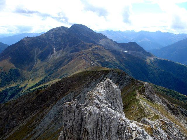 Foto: Manfred Karl / Kletter Tour / Über den Direkten Ostgrat auf die Blauspitze IV / Im Vordergrund der Weiße Knopf, dahinter Gorner und Rotenkogel / 04.10.2008 12:36:08