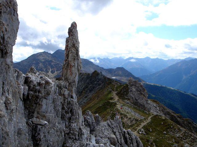 Foto: Manfred Karl / Kletter Tour / Über den Direkten Ostgrat auf die Blauspitze IV / Blick nach Süden über einen Teil des Abstiegsweges und zu den Goldriedbahnen / 04.10.2008 12:34:03