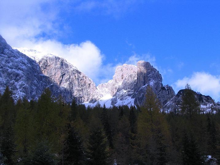 Foto: Andreas Koller / Klettersteig Tour / Ferrata Enrico Contin (2240m) / Blick durchs Winkeltal zu Rosskofel und Winkelturm (2071 m) / 06.10.2008 19:49:29