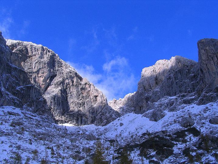 Foto: Andreas Koller / Klettersteig Tour / Ferrata Enrico Contin (2240m) / Der tiefe Einschnitt markiert die Aufstiegsschlucht / 06.10.2008 19:47:47