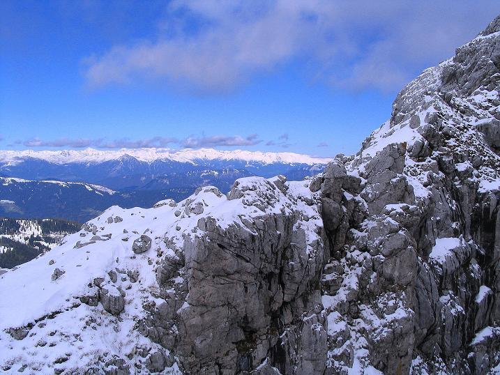 Foto: Andreas Koller / Klettersteig Tour / Ferrata Enrico Contin (2240m) / Blick am Winkelturm vorbei zu den Hohen Tauern im N / 06.10.2008 19:43:51