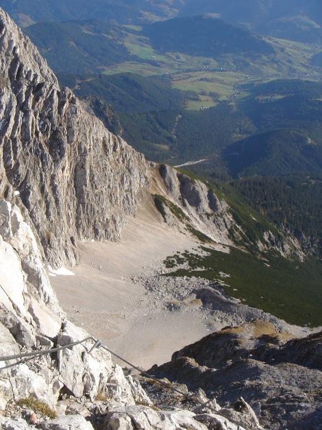 Foto: Manfred Karl / Klettersteig Tour / Über den Wildental Klettersteig auf das Persailhorn / Blick in die Schneegrube, von der aus bei günstigen Verhältnissen der Gipfel auch im Winter erreicht werden kann (sehr alpin!) / 11.10.2008 21:42:22