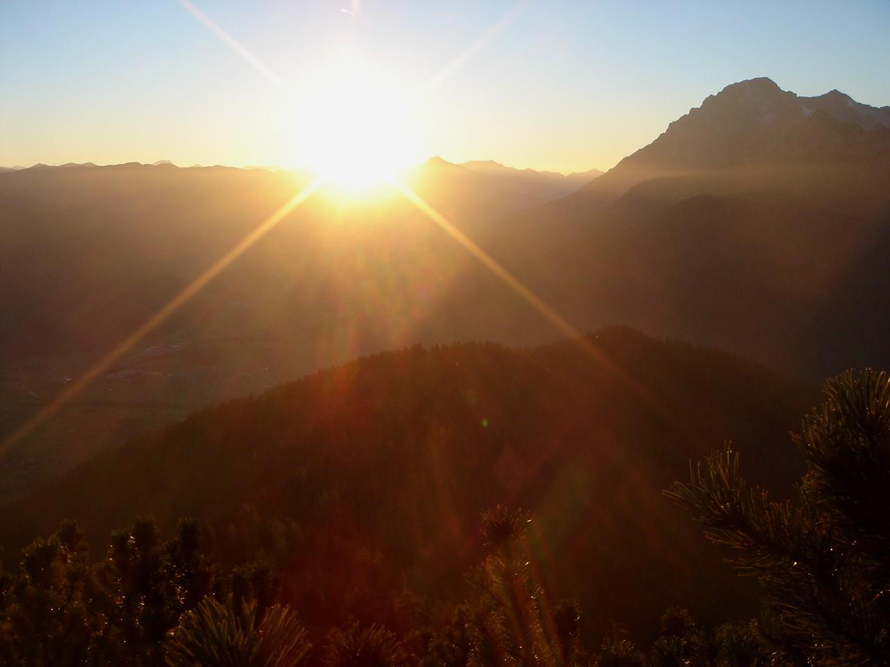 Foto: Manfred Karl / Klettersteig Tour / Über den Wildental Klettersteig auf das Persailhorn / Sonnenuntergang beim Abstieg von der Wiechenthaler Hütte / 11.10.2008 21:28:59