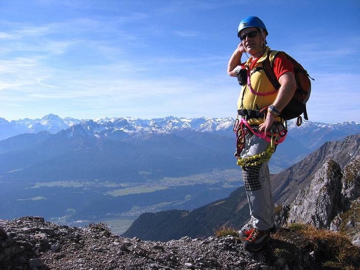 Foto: Andreas Koller / Klettersteig Tour / Innsbrucker Klettersteig - Hannes Gasser Panorama Klettersteig (2480m) / Rast mit Blick in die Stubaier Alpen / 15.10.2008 01:34:36