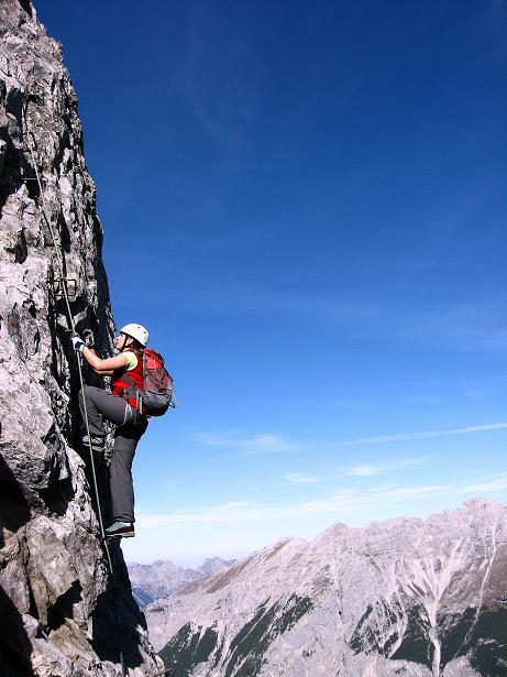 Foto: Andreas Koller / Klettersteig Tour / Innsbrucker Klettersteig - Hannes Gasser Panorama Klettersteig (2480m) / Steil, ausgesetzt, aber gut gesichert mit Klemmen am steilen Wandl (C) / 15.10.2008 01:28:16