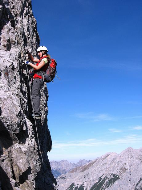 Foto: Andreas Koller / Klettersteig Tour / Innsbrucker Klettersteig - Hannes Gasser Panorama Klettersteig (2480m) / Viel Luft unter den Sohlen am steilen Wandl (C) / 15.10.2008 01:27:46