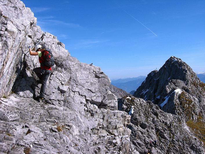 Foto: Andreas Koller / Klettersteig Tour / Innsbrucker Klettersteig - Hannes Gasser Panorama Klettersteig (2480m) / Unschwierige Passage am Grat mit Blick auf die Kaminspitze im O-Teil des Klettersteigs / 15.10.2008 01:25:08