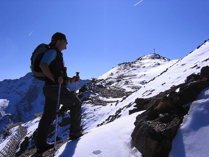 Foto: Andreas Koller / Wander Tour / Söldner Wandertour: Schwarzkogel (3018m) und Rotkogel (2947m) / DasGipfelkreuz ist schon greifbar nahe / 16.10.2008 01:16:22
