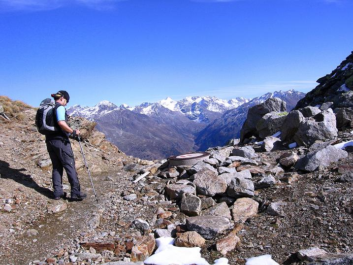 Foto: Andreas Koller / Wander Tour / Söldner Wandertour: Schwarzkogel (3018m) und Rotkogel (2947m) / Rotkogeljoch und Blick auf die Stubaier Alpen / 16.10.2008 01:04:25