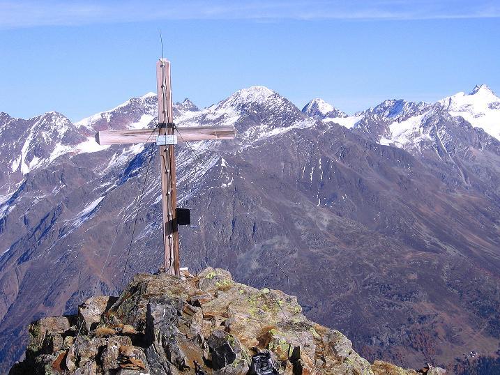 Foto: Andreas Koller / Wander Tour / Söldner Wandertour: Schwarzkogel (3018m) und Rotkogel (2947m) / Gipfelkreuz und Stubaier Alpen / 16.10.2008 01:01:41