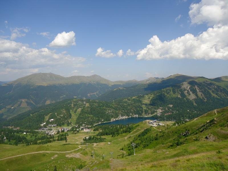 Foto: Günter Siegl / Wander Tour / Rinsennock / Blick auf den Turrachsee. Links der Eisenhut - höchste Erhebung der Gurktaler Alpen! / 10.08.2013 13:07:43
