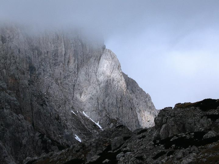 Foto: Andreas Koller / Klettersteig Tour / Via ferrata Crete Rosse und Uiberlacher Klettersteig (2280m) / Der Trogkofel mit seiner O-Wand taucht aus dem Nebel auf / 22.10.2008 00:35:52