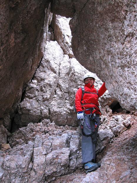Foto: Andreas Koller / Klettersteig Tour / Via ferrata Crete Rosse und Uiberlacher Klettersteig (2280m) / Felsdurchschlupf unter einem Klemmblock / 22.10.2008 00:30:23