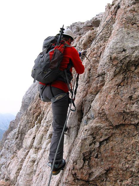 Foto: Andreas Koller / Klettersteig Tour / Via ferrata Crete Rosse und Uiberlacher Klettersteig (2280m) / Ausgesetzte Wandpassage mit Trittbügeln / 22.10.2008 00:28:55