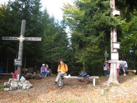 Foto: Maria / Wander Tour / Schönleitner Höhe (Kneipp-/ Friedensweg) / Rast beim Kreuz auf der Schönleitner Höhe / 22.10.2008 19:20:36