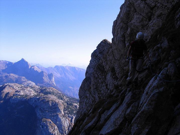 Foto: Andreas Koller / Klettersteig Tour / Cellon Stollen und Steinbergerweg (2241 m) / Ausgesetzte Querung im oberen Drittel der Schlucht / 23.10.2008 01:08:06