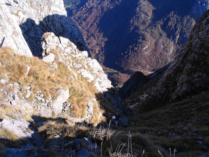 Foto: Andreas Koller / Klettersteig Tour / Cellon Stollen und Steinbergerweg (2241 m) / Tiefblick in die Schlucht des Steinbergerwegs / 23.10.2008 01:06:55