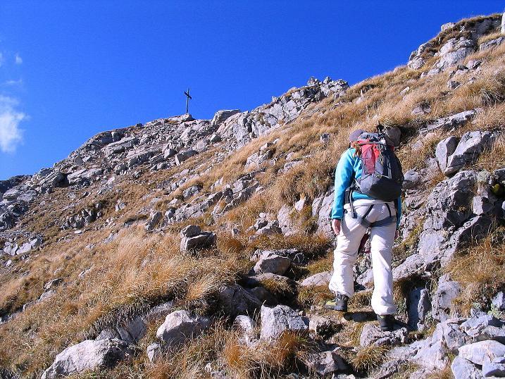Foto: Andreas Koller / Klettersteig Tour / Cellon Stollen und Steinbergerweg (2241 m) / Das Gipfelkreuz ist schon sichtbar (ca. 10 Min.) / 23.10.2008 01:04:10