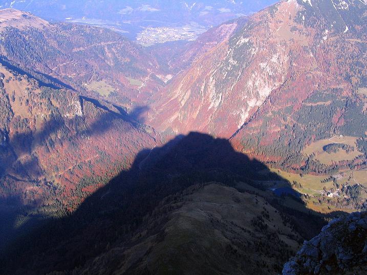 Foto: Andreas Koller / Klettersteig Tour / Cellon Stollen und Steinbergerweg (2241 m) / Der Frischenkofel wirft seinen Schatten Richtung Kötschach-Mauthen / 23.10.2008 01:00:12