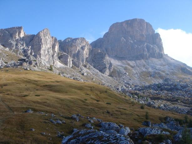 Foto: Manfred Karl / Kletter Tour / Via Gianleo IV / Auf dem Zustiegsweg mit Blick zur Punta Dallago und zum Averau / 23.10.2008 21:39:49