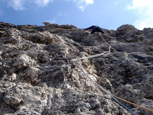 Foto: Manfred Karl / Kletter Tour / Via Gianleo IV / Kletterer in der fünften Seillänge. Der beinahe senkrechte Fels ist herrlich griffig. / 23.10.2008 21:36:28