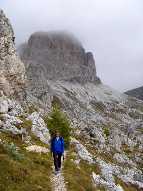 Foto: Manfred Karl / Kletter Tour / Via Gianleo IV / Auf dem Weg zurück quert man unterhalb der Wände der Punta Dallago und der Croda Negra nach Westen. Im Hintergrund der Averau. / 23.10.2008 21:34:46