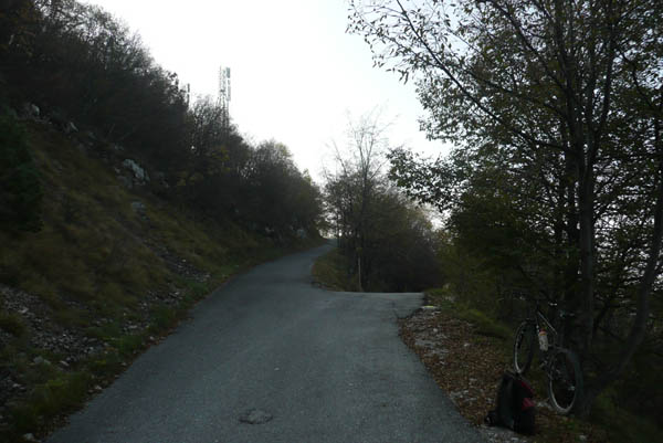 Foto: Lenswork.at / Ch. Streili / Mountainbike Tour / Torbole - Dosso dei Roveri - Navene / Abzweigung bei den Sendern: hier rechts in den Schotterweg einbiegen / 27.10.2008 14:23:12