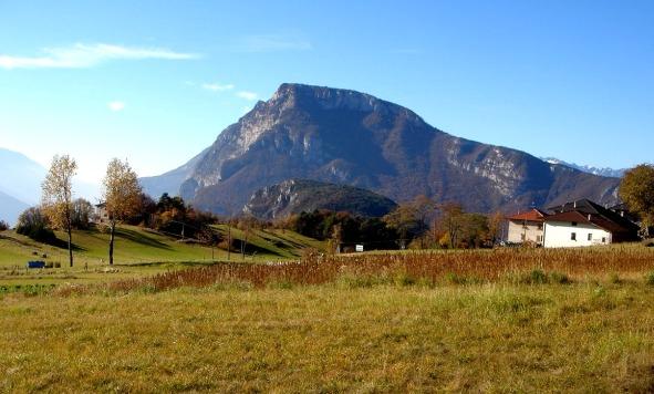 Foto: Manfred Karl / Klettersteig Tour / Via ferrata Ernesto Che Guevara / Blick von Margone auf die dicht bewaldete Nordflanke des Monte Casale / 28.10.2008 11:00:40