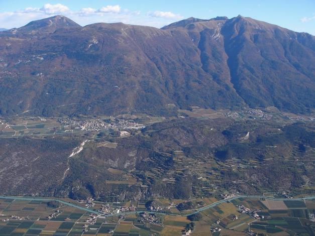 Foto: Manfred Karl / Klettersteig Tour / Via ferrata Ernesto Che Guevara / Blick zum Bondone, rechts Tre Cime di Bondone (siehe alpintouren.at), eine sehr lohnende Rundwanderung mit Klettersteigeinlage / 28.10.2008 11:13:51