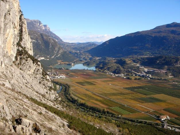 Foto: Manfred Karl / Klettersteig Tour / Via ferrata Ernesto Che Guevara / Links sieht man noch den alten Zustiegsweg / 28.10.2008 11:21:17