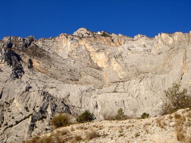 Foto: Manfred Karl / Klettersteig Tour / Via ferrata Ernesto Che Guevara / Der Klettersteig führt im wesentlichen schräg links aufwärts  durch die gebänderte Plattenwand / 28.10.2008 11:23:07