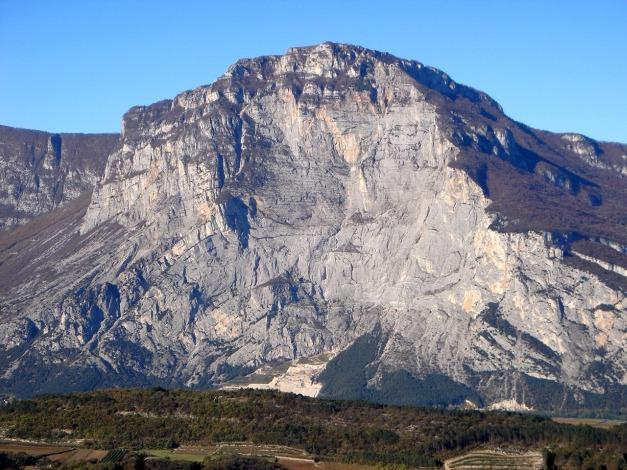 Foto: Manfred Karl / Klettersteig Tour / Via ferrata Ernesto Che Guevara / Monte Casale Ostwand vom Bondone aus gesehen. Die markanten gebänderten Platten markieren den zentralen Teil des Klettersteiges. / 28.10.2008 11:24:52