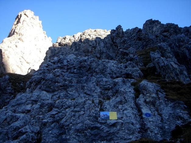 Foto: Manfred Karl / Klettersteig Tour / Madonnen - Klettersteig / Beim Einstieg ist wenig Platz, daher besser weiter unten die Ausrüstung anlegen! / 28.10.2008 19:06:19