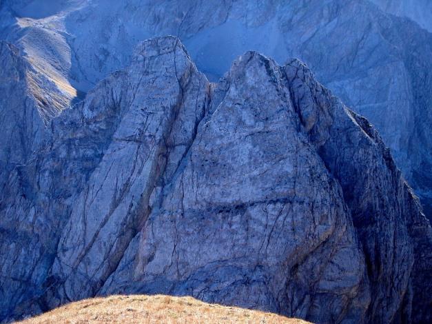 Foto: Manfred Karl / Klettersteig Tour / Madonnen - Klettersteig / Der Doppelgipfel der Kleinen Gamswiesenspitze: Durch die rechte Plattenwand führt der zweite Teil des Klettersteiges empor / 28.10.2008 18:58:11