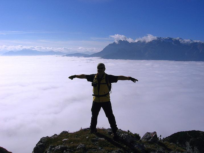 Foto: Andreas Koller / Klettersteig Tour / Hochkogelklettersteig (2303m) / Aus dem Nebelmeer schauen die Gipfel der Berchteasgadener Alpen mit dem Hochkönig (2943 m) hervor / 28.10.2008 22:33:00
