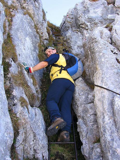 Foto: Andreas Koller / Klettersteig Tour / Hochkogelklettersteig (2303m) / Ein Kamin wird mittels steiler, aber schiefer Leiter überwunden / 28.10.2008 22:28:57