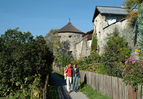 Foto: Tourismusverband Radstadt / Wander Tour / Ennsweg  nach Mandling / entlang der Stadtmauer Radstadt / 30.10.2008 15:08:05