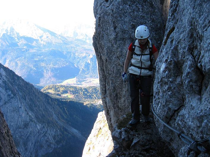 Foto: Andreas Koller / Klettersteig Tour / Klettersteig Mandlgrat / Mannlgrat auf den Hohen Göll (2522m) / Luftig geht es nach dem Felsdurchschlupf weiter / 30.10.2008 17:21:53
