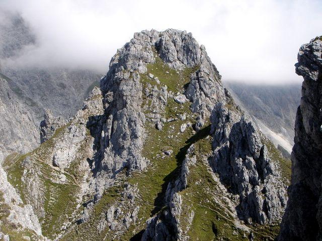 Foto: Manfred Karl / Klettersteig Tour / Grandlspitz – Taghaube – Überschreitung / Nördliche Taghaube, über den Grashang in Bildmitte kann man den Gipfel besteigen / 31.10.2008 07:48:22