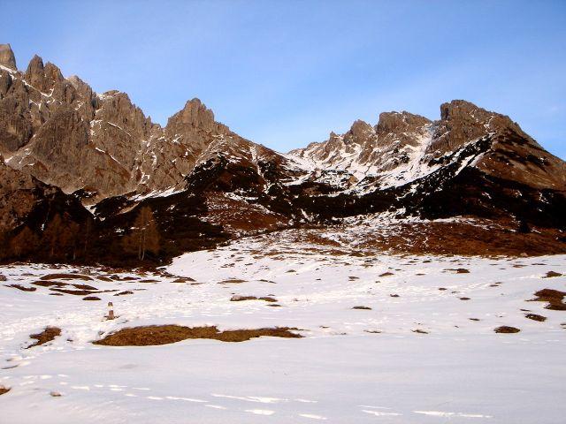 Foto: Manfred Karl / Klettersteig Tour / Grandlspitz – Taghaube – Überschreitung / In Bildmitte die breite Taghaubenscharte, rechts der Grat zur Taghaube / 31.10.2008 07:40:01