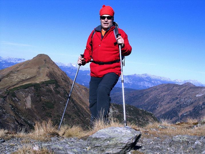 Foto: Andreas Koller / Wander Tour / Kammwanderung zum Schreinl (2154m) / Auf der Karlspitze mit Blick auf die Schoberspitze (2126 m) und auf das Tote Gebirge / 04.11.2008 11:09:23