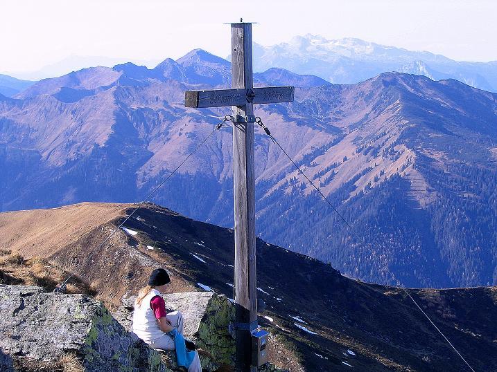 Foto: Andreas Koller / Wander Tour / Kammwanderung zum Schreinl (2154m) / Am Schreinl-Gipfel mit Blick zum Dachstein (2996 m) / 04.11.2008 11:07:02